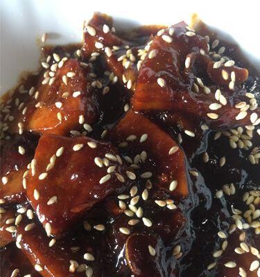 Jackfruitfleisch wird zu japanischem Teriyaki