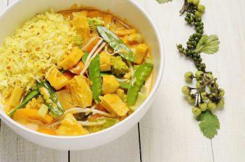 Jackfruit-Curry mit Kurkumareis und Bohnen