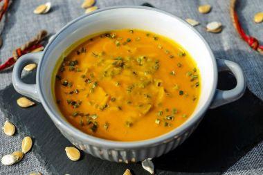 Kuerbis-Kokossuppe-mit-Jackfruitstuecken-klein2