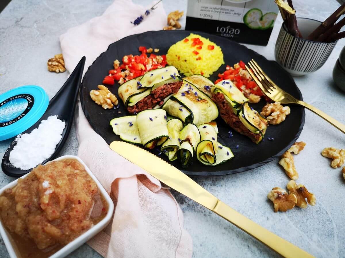 Zucchini-Paeckchen-mit-junger-Jackfruit-Serviervorschlag